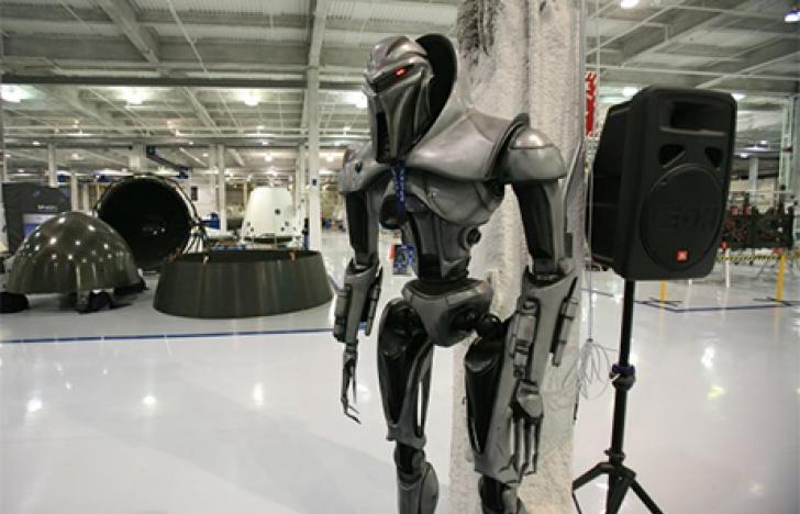 Menschenleere Fabriken und automatenmaschinenvolle Hallen