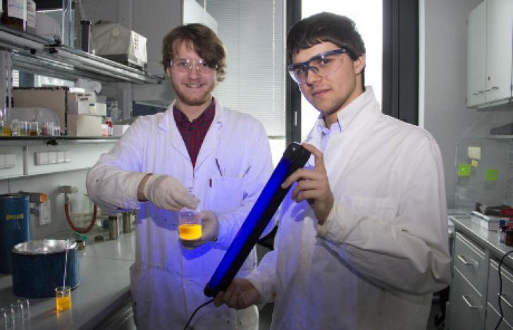 Wasser statt giftiger Lösungsmittel zur Farbstoffherstellung